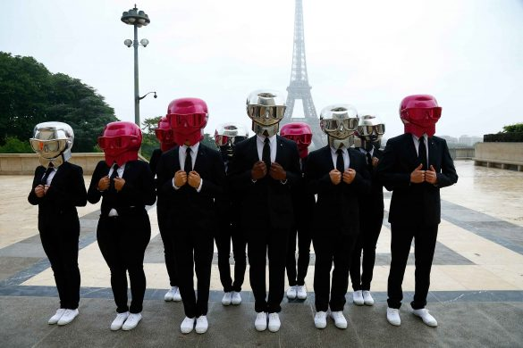 Beauty Butler vor dem Eiffelturm